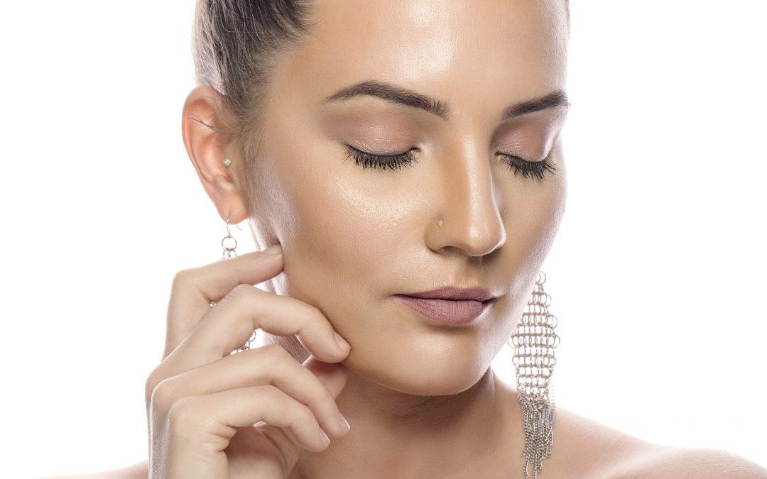 Kakšna je idealna redna nega za kožo, nagnjeno k aknam?